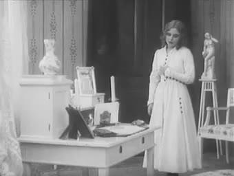 Mary Johnson in Förstadsprästen (1917)