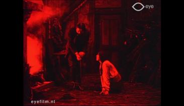 体を縛る縄をほどかんとするニック探偵とオルガ