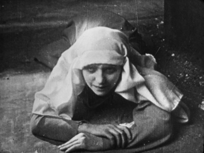 Sandra Milowanoff in La Légende de soeur Béatrix
